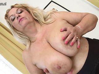बड़ी saggy स्तन और उसके पुराने योनी के साथ गर्म दादी
