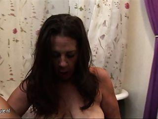 Saggy स्तन और पुराने योनी के साथ सफेद नानी