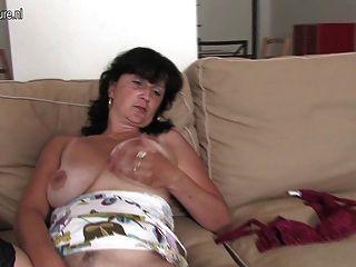 उसे dildo और saggy स्तन के साथ खेल परिपक्व गृहिणी