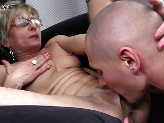 गर्म पतली दादी उसे खिलौना लड़के द्वारा गड़बड़ हो जाता है