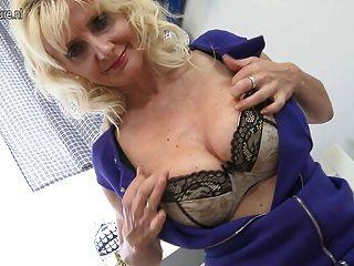 उसे गीला बिल्ली के साथ खेल सेक्सी गोरा माँ