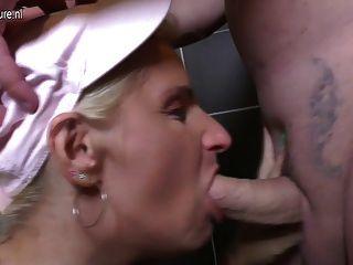 परिपक्व फूहड़ माँ एक शौचालय पर गड़बड़ हो जाता है