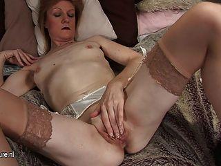 दादी जेजे शरारती और उसके दम पर नग्न हो जाता है
