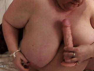 उसे भारी स्तन और पुराने योनी के साथ बड़ी माँ प्लेइंग