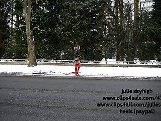 लाल overknee जूते में वेश्या और Moncler downjacket
