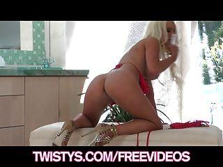 Twistys - उसे नए dildo के साथ गोरा बिकनी बेब नाटकों
