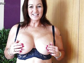 भव्य Busty ब्रिटिश माँ और उसके पुराने योनी