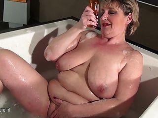 Saggy स्तन एक स्नान लेने के साथ परिपक्व फूहड़ मां