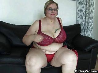 भारी स्तन के साथ परिपक्व बीबीडब्ल्यू masturbates