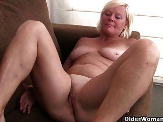 बेल्जियम दादी Pantyhose में हस्तमैथुन प्यार करता है