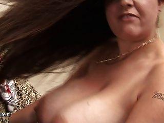 बड़े titted शौकिया गृहिणी उसके स्तन कमाल