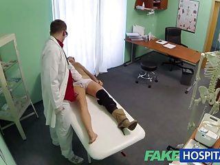 नकली अस्पताल के डॉक्टर सेक्स के लिए अवसादरोधी दवाओं से इनकार करते हैं