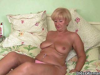 ब्रिटिश grannies उनके lickable fannies उजागर