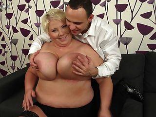 विशाल छाती परिपक्व माँ कमबख्त और उसके गधे चूसने