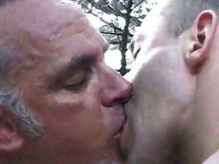 tanned पिता के साथ टिब्बा में मिलन स्थल