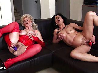 दो गंदे सोफे पर एक साथ हस्तमैथुन grannies