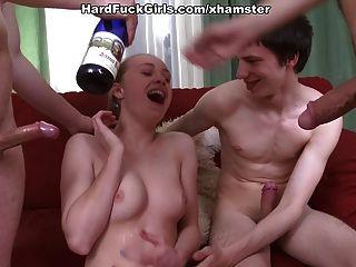एक युवा लड़की के साथ हार्ड समूह सेक्स