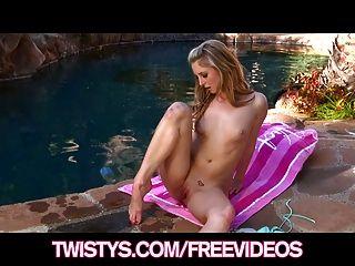 सेक्सी बिकनी खुशी है कि गोरा पूल द्वारा उसे बिल्ली की मालिश