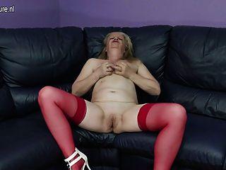 गंदे पुराने दादी सोफे पर हस्तमैथुन