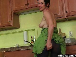 माँ नहीं बल्कि रसोई को साफ तुलना में masturbates