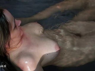 नग्न परिपक्व महिलाओं के आराम करने के लिए आया था