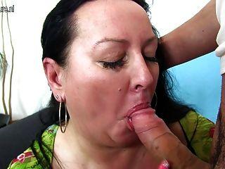 बिग छाती माँ कमबख्त और युवा लड़के चूसने
