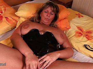 संचिका परिपक्व माँ ट्रेसी खुद को गीला हो जाता है
