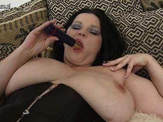 भव्य MILF महान स्तन से पता चलता है और उसे dildo प्यार करता है