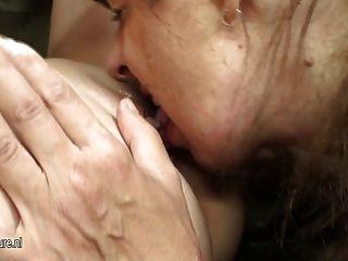हॉट बेब fucks शरारती परिपक्व समलैंगिक मां