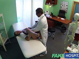 FakeHospital गर्म नर्स एक बढ़ाने के लिए अपने रास्ते rims