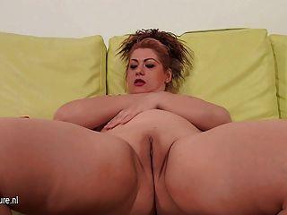परिपक्व माँ खुद के साथ उसे सोफे पर खेल