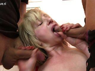 सेक्सी परिपक्व Busty माँ एक बार में दो लड़कों द्वारा गड़बड़