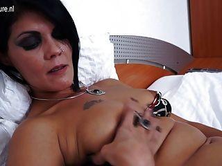 परिपक्व फूहड़ माँ उसे बिस्तर पर masturbating