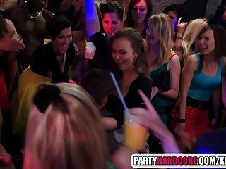 गर्म लड़कियों पार्टी में पुरुष स्ट्रिपर्स चूसना