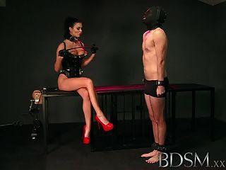 बीडीएसएम XXX दास लड़का पिंजरे मंजिल से थूक mistresses licks