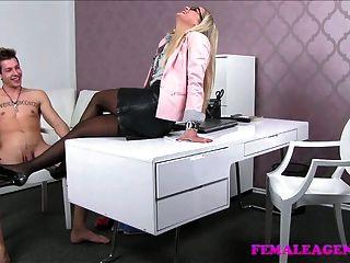 FemaleAgent milf उसके मुँह में सह संवर्धन की सुविधा देता है