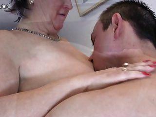 पुराने परिपक्व माँ बेकार है और उसके जवान लड़के बेकार