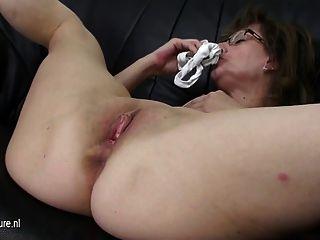 परिपक्व माँ उसे सोफे पर एक dildo सवारी