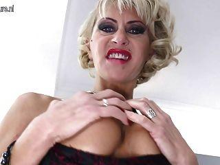 गर्म परिपक्व छेदा माँ बड़ा काला dildo लेता है