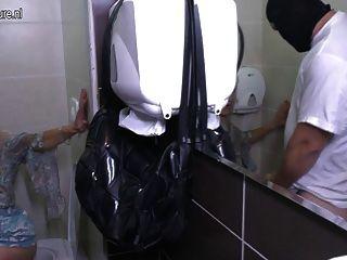 परिपक्व बिगाड़ने गृहिणी एक शौचालय पर गड़बड़