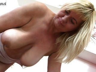 सुंदर परिपक्व माँ बड़ी saggy स्तन और बिल्ली हिलाता