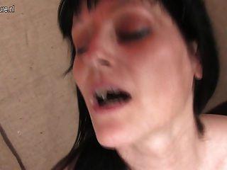 गर्म परिपक्व माँ उसे dildo के साथ खेल