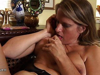 गर्म अमेरिकी कौगर माँ masturbates जबकि फोन पर बात