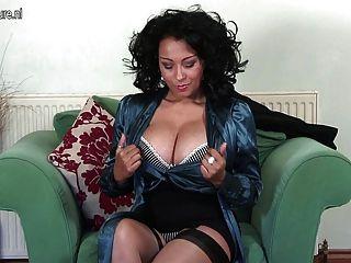बड़े स्तन के साथ अद्भुत ब्रिटेन माँ