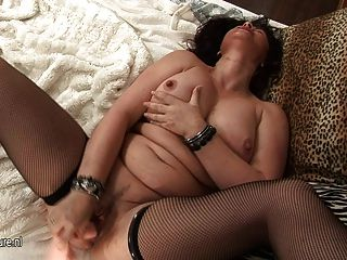 हंसमुख ब्रिटिश माँ एक dildo पर गीला हो रही है