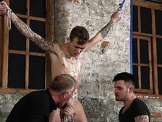 बीडीएसएम दास लड़का बांध दंडित मार पड़ी है schwule jungs