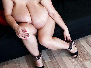ऐलिस 85jj - बड़े स्तन और हाइ हील्स में सेक्सी पैरों