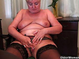 पूर्ण लगा नानी एक dildo के साथ masturbates