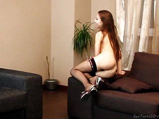 किशोर लड़की एक सोफे पर नग्न प्रस्तुत