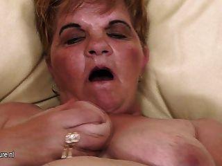 परिपक्व माँ Izabelle अकेले हस्तमैथुन